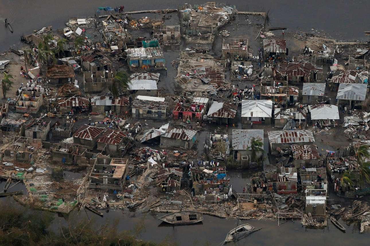 6 Οκτ. Μοιάζει με καμμένη γη ανάμεσα σε λασπόνερα. Είναι το χωριό Κοράιλ, της Αϊτής, όπως το άφησε μετά το πέρασμά του ο τυφώνας «Μάθιου»: σπίτια χωρίς σκεπές, βυθισμένες αποβάθρες, και -συνολικά στη χώρα- σχεδόν 900 νεκρούς