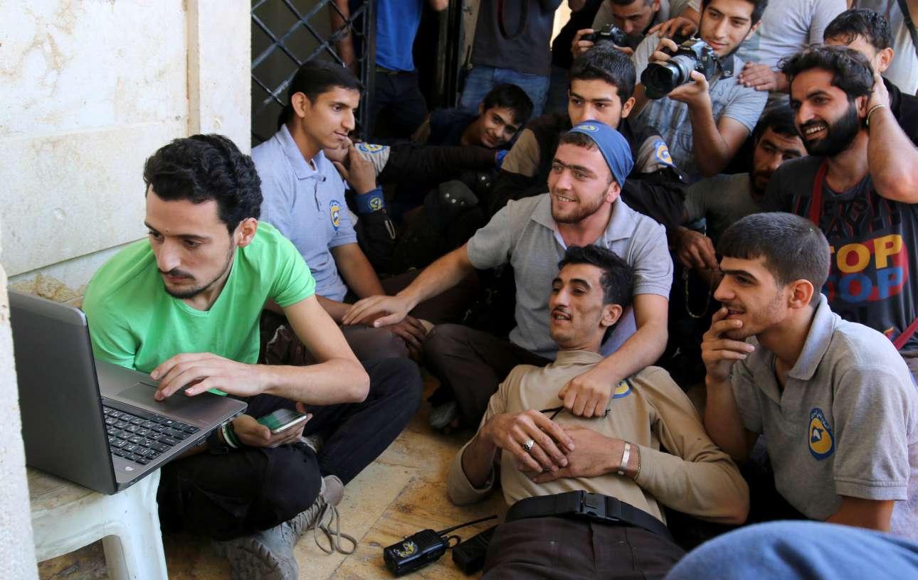 7 Οκτ. Η στιγμή της αλήθειας. Θα αναγνωριστούν οι θυσίες που κάνουν οι εθελοντές, διασώζοντας παγιδευμένους στα ερείπια της Συρίας; Ναι, αλλά όχι με ένα Νομπέλ Ειρήνης. Οταν, λίγα λεπτά αφότου τραβήχτηκε η φωτογραφία, έμαθαν ότι δεν κέρδισαν το βραβείο, τα Λευκά Κράνη συνεχάρησαν τον πρόεδρο της Κολομβίας και ευχήθηκαν στη χώρα του ειρήνη