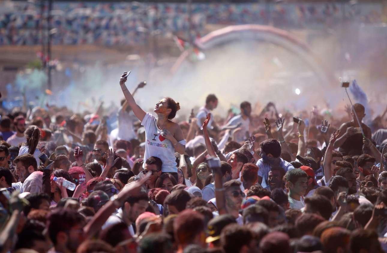 7 Οκτ. Δηλαδή τι νομίζετε ότι οι Σύροι δεν μπορούν πλέον να διοργανώσουν φεστιβάλ, να βάψουν τα πρόσωπά τους και να χορέψουν; Το κάνουν. Εδώ συμμετέχουν στον μαραθώνιο «Αγαπώ τη Δαμασκό», στην πλατεία Ουμαγιάντ της συριακής πρωτεύουσας