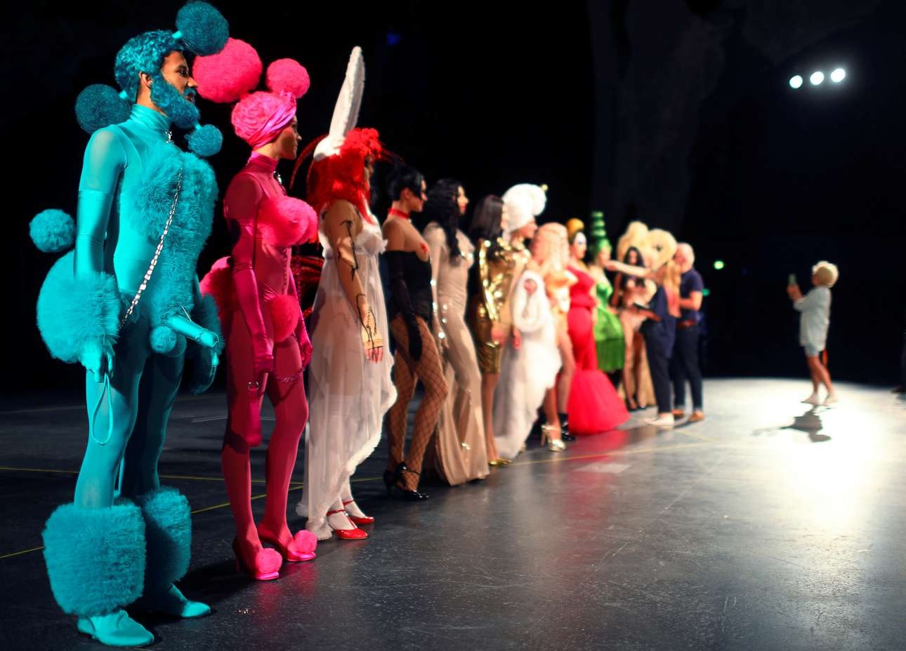 Η γερμανική παράσταση «THE ONE Grand Show» τα έχει όλα, από μεγαλοπρεπή κοστούμια μέχρι ποιητικές, σουρεαλιστικές θεατρικές στιγμές