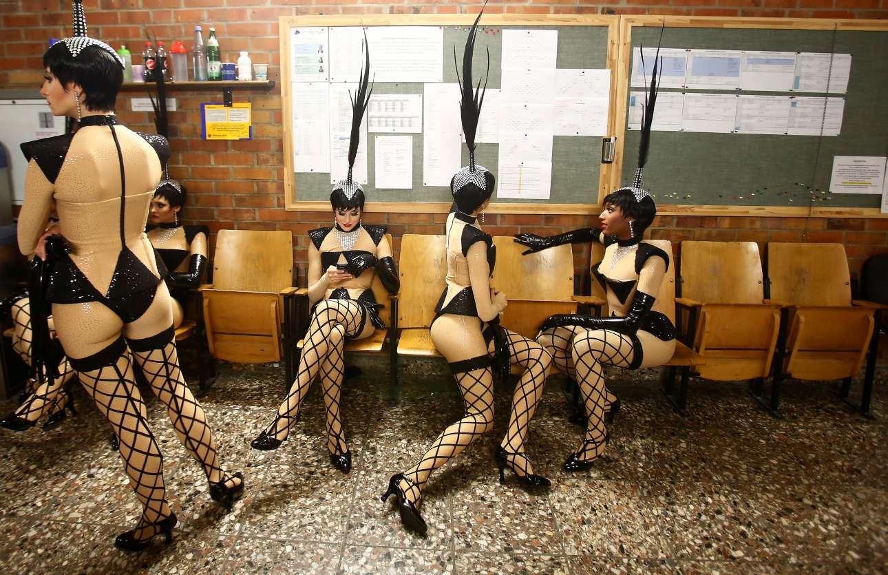 Χορεύτριες περιμένουν στα παρασκήνια για την πρόβα