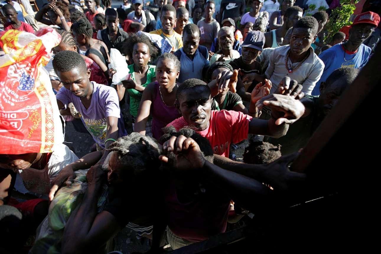 7 Οκτ. Και όσοι επιβίωσαν, μετά τον ισχυρό τυφώνα που έπληξε τις ευπαθείς κοινωνικές ομάδες της Αϊτής; Δεν έχουν στέγη, πρόσβαση σε τρόφιμα και είδη πρώτης ανάγκης. Εδώ, σε σχολείο που λειτουργεί ως καταφύγιο, στο χωριό Λες Κάγιες, εκτοπισμένοι κάτοικοι περιμένουν για τρόφιμα
