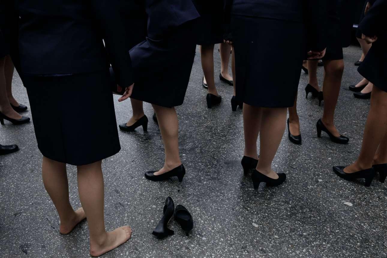 Κάποιες μάλιστα έβγαλαν τις μαύρες γόβες για να αφήσουν λίγο τα πόδια τους  να «αναπνεύσουν 75a4eb41217