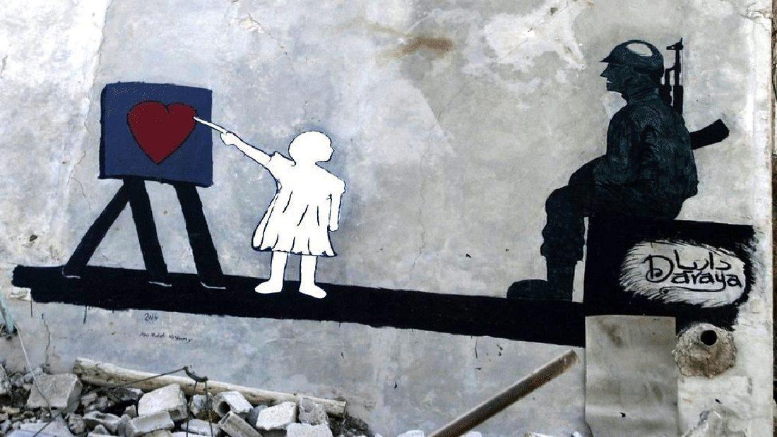 Το 2013 και σε ηλικία 19 ετών, ο Μαλέκ Αλ Σάμι μετακόμισε στη πόλη Νταράγια για να καταταγεί στον Ελεύθερο Συριακό Στρατό, παίρνοντας μαζί του τις μπογιές και τα μολύβια του. Εκεί γνώρισε τον καλλιτέχνη Majd η αλλιώς «Το μάτι της Νταράγια», ο οποίος τον ενθάρρυνε να ασχοληθεί με την τέχνη του δρόμου. Το πρωτο του γκραφίτι το έκανε το 2014 στα ερείπια ενός μεγάλου σπιτιού, απεικονίζοντας ένα κοριτσάκι που διδάσκει σε ένα στρατιώτη την Αγάπη, πριν φύγει για τον πόλεμο
