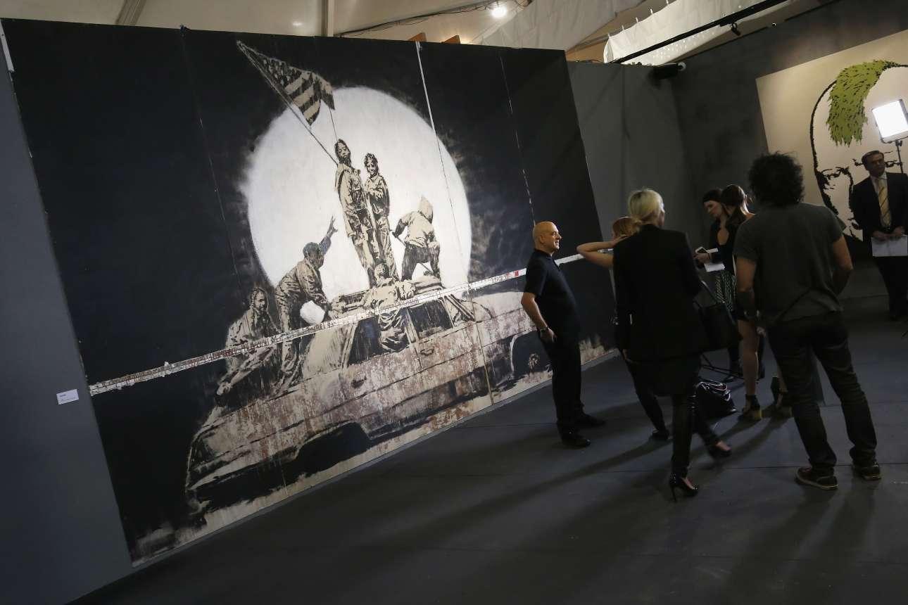«Οσοι το διασκεδάζουν να ανεμίζουν σημαίες, δεν είναι άξιοι να κρατούν σημαίες» έχει πει (και αποτυπώσει) ο Banksy. Αυτές τις ημέρες γίνεται η μεγαλύτερη έκθεση με τα έργα του μυστηριώδους, βρετανού street artist στην Αυστραλία. Στο βάθος ο Ουίνστον Τσόρτσιλ με πράσινη μοϊκάνα