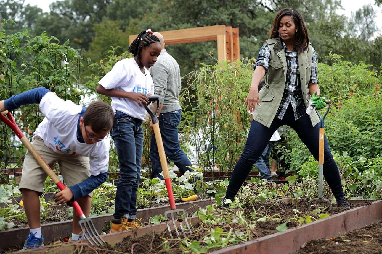6 Οκτ. Εχετε δει ποτέ την Πρώτη Κυρία των ΗΠΑ με γάντια κηπουρικής να συμμετέχει στη συγκομιδή γλυκιάς πατάτας; Αυτή είναι η Μισέλ Ομπάμα, που εγκατέστησε ένα μποστάνι στην αυλή του Λευκού Οίκου το 2009 και έκτοτε προσκαλεί φοιτητές να βοηθήσουν στις γεωργικές εργασίες