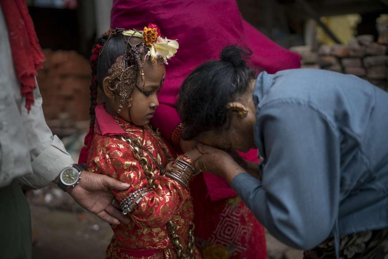 7 Οκτ. Ηλικιωμένη γυναίκα, κάτοικος του Νεπάλ, σκύβει και προσκυνά ένα μικρό κορίτσι, τιμώντας έτσι μία ινδουιστική θεότητα. Το κορίτσι υποδύεται έναν ρόλο, τη ζωντανή θεά Κουμάρι («παρθένα»). Θα εκλαμβάνεται ως θεά μέχρι να κλείσει τα 11 έτη