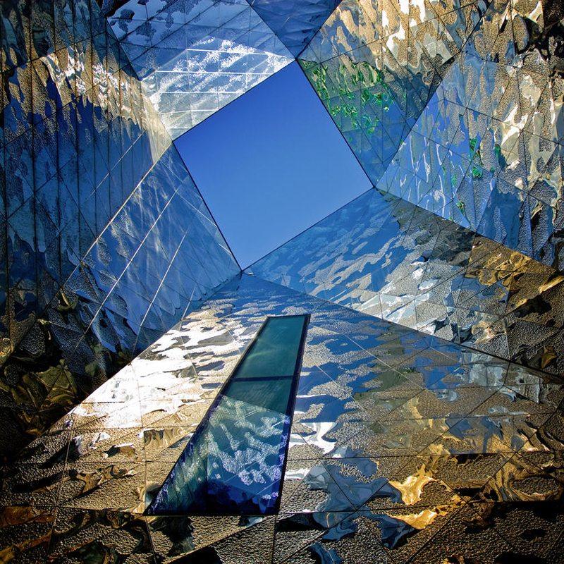 Ενα αρχιτεκτονικό ορόσημο και αιτία διαμάχης ανάμεσα στα πολιτικά κόμματα της Ισπανίας για το υψηλό κόστος κατασκευής του, το τριγωνικό μουσείο Φόρουμ στη Βαρκελώνη