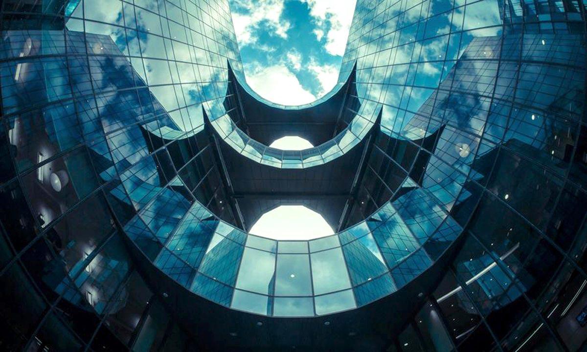 Ενα κτίριο με γραφεία στο Λονδίνο. Οι αντανακλάσεις και η ιδιαίτερη γωνία λήψης το κάνουν να μοιάζει με νυχτερίδα