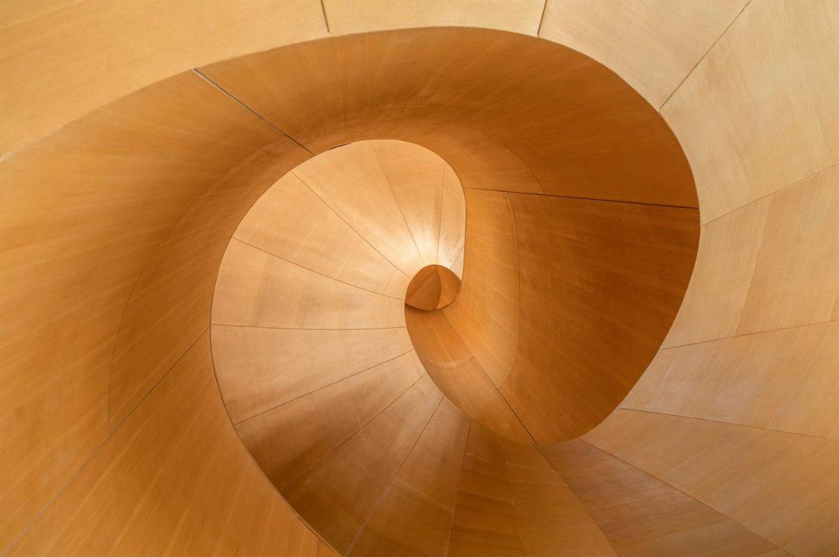 Μια ξύλινη σκάλα - έργο τέχνης σε μουσείο του Οντάριο στον Καναδά