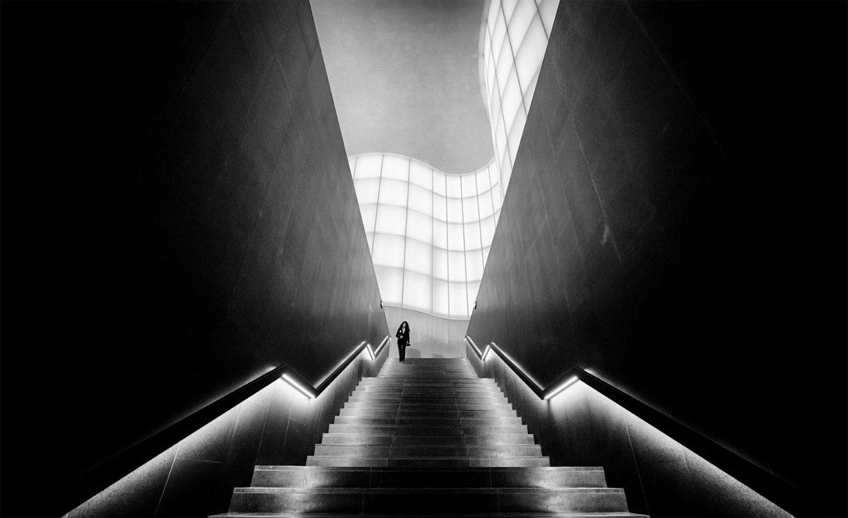 Συμμετρία και καμπύλες στην σκάλα του μουσείου Mudec στο Μιλάνο
