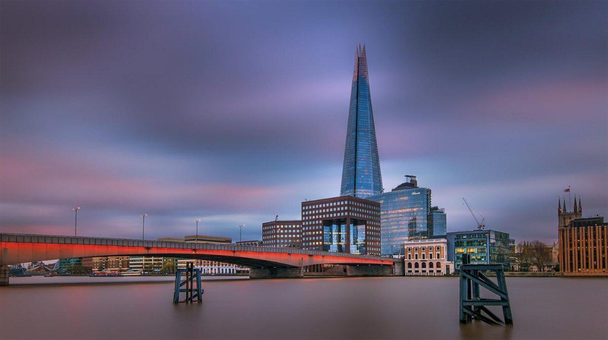 Τραβηγμένο με την τεχνική της μακράς έκθεσης στις όχθες του Τάμεση, το εμβληματικό Shard στο Λονδίνο, το δεύτερο ψηλότερο κτίριο στη Βρετανία και το τέταρτο στην ευρώπη
