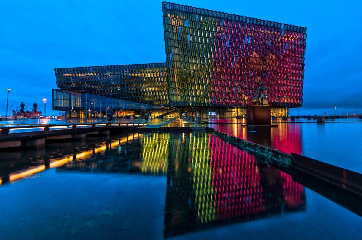 Τα κυψελωτά παράθυρα σε διαφορετικά χρώματα κάνουν το συναυλιακό μέγαρο «Harpa» στο Ρέκιαβικ να ξεχωρίζει
