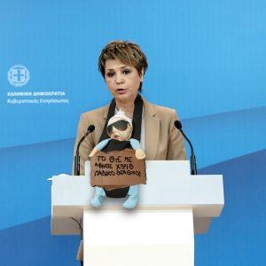 Η Ολγα Γεροβασίλη με αξεσουάρ ένα πεινασμένο παιδάκι που λιποθυμά συγκίνησε το κοινό και έφερε στη μόδα ένα νέο trend