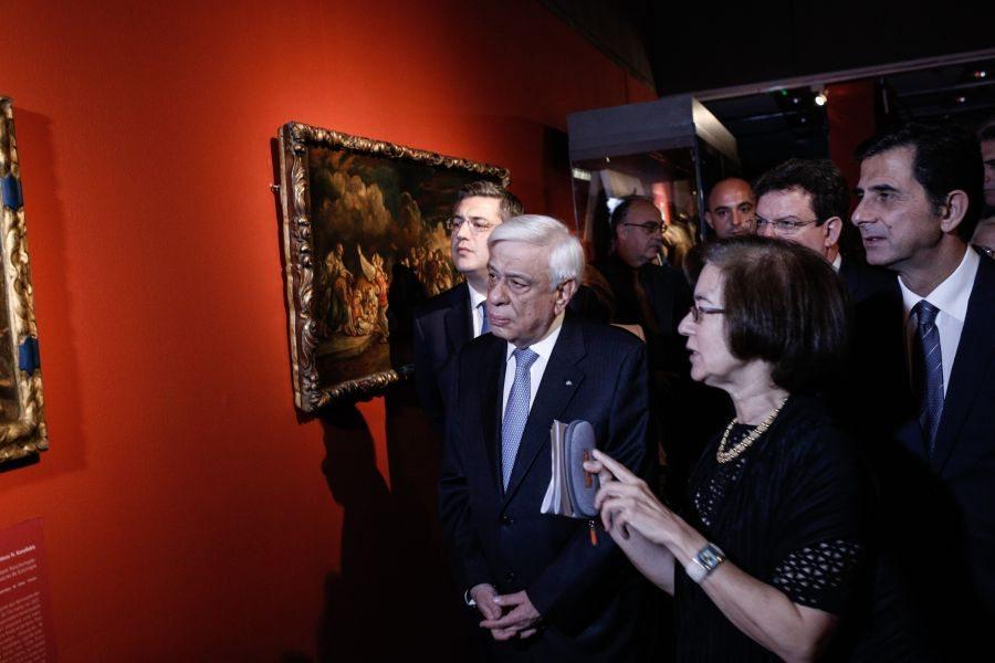 O Πρόεδρος ξεναγείται συνοδευόμενος από τον Περιφερειάχη Απόστολο Τζιτζικώστα (αριστερά) και τον βουλευτή Κώστα Γκιουλέκα