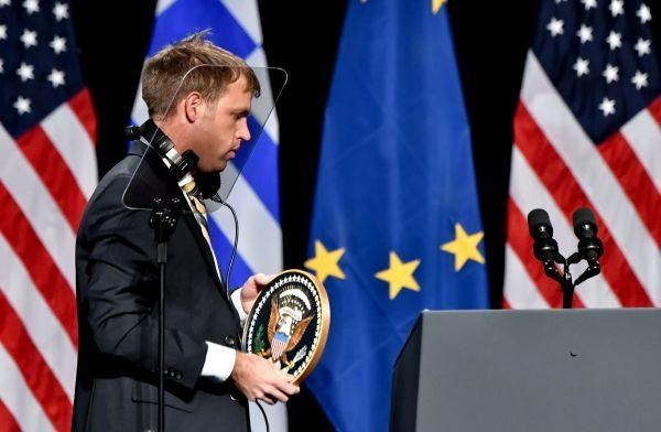 Το προεδρικό σήμα τοποθετήθηκε λίγα λεπτά πριν την έξοδο του στη σκηνή, λες και το είχε μαζί του