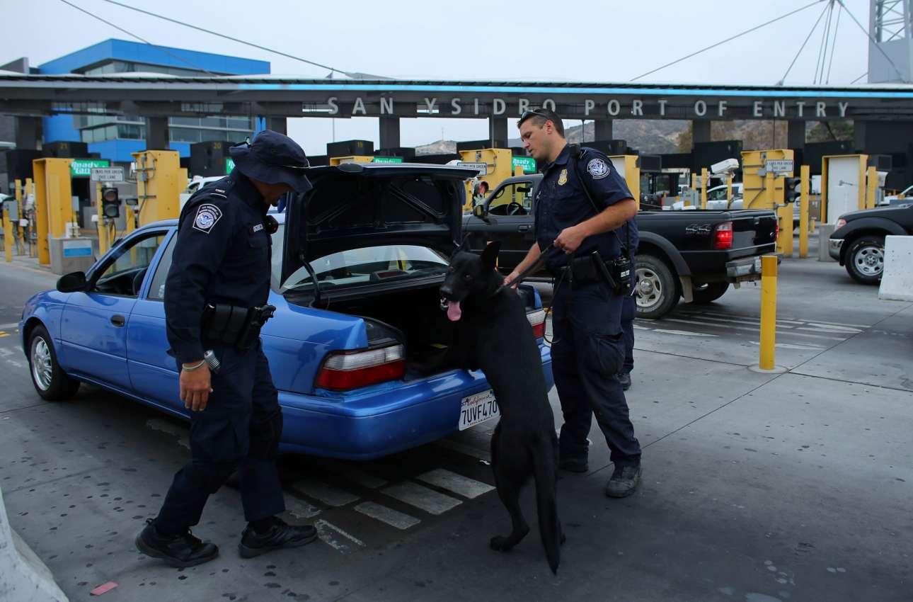 Εκπαιδευμένα σκυλιά μαζί με αστυνόμους κάνουν φύλλο και φτερό τα διερχόμενα αμάξια. Φυσικά οι Αρχές ψάχνουν για ναρκωτικά