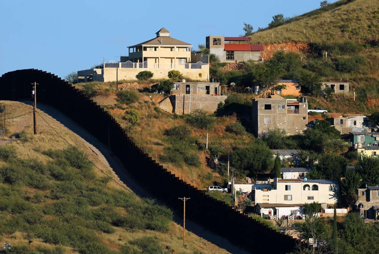 Τα σπίτια στην περιοχή Νογκάλες του Μεξικού χωρίζονται με ένα τείχος από την άλλη πλευρά της πόλης που ανήκει στην πολιτεία της Αριζόνα στις ΗΠΑ