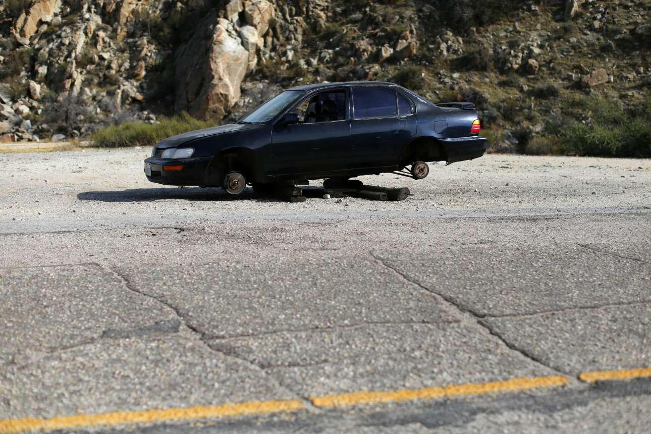 Ενα παρατημένο αμάξι κοντά στα σύνορα των δύο χωρών