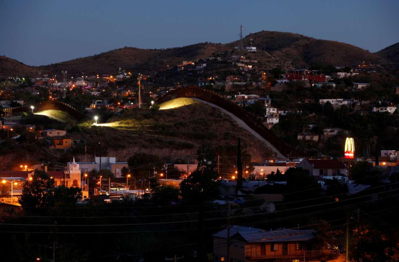 Τα νυχτερινά φώτα δίνουν μία ομορφιά στην πόλη Νογκάλες που έχει διχοτομηθεί από τείχος
