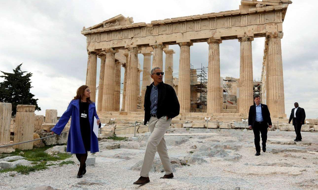 Ο Μπαράκ Ομπάμα καθώς απομακρύνεται από τον ναό του Παρθενώνα.