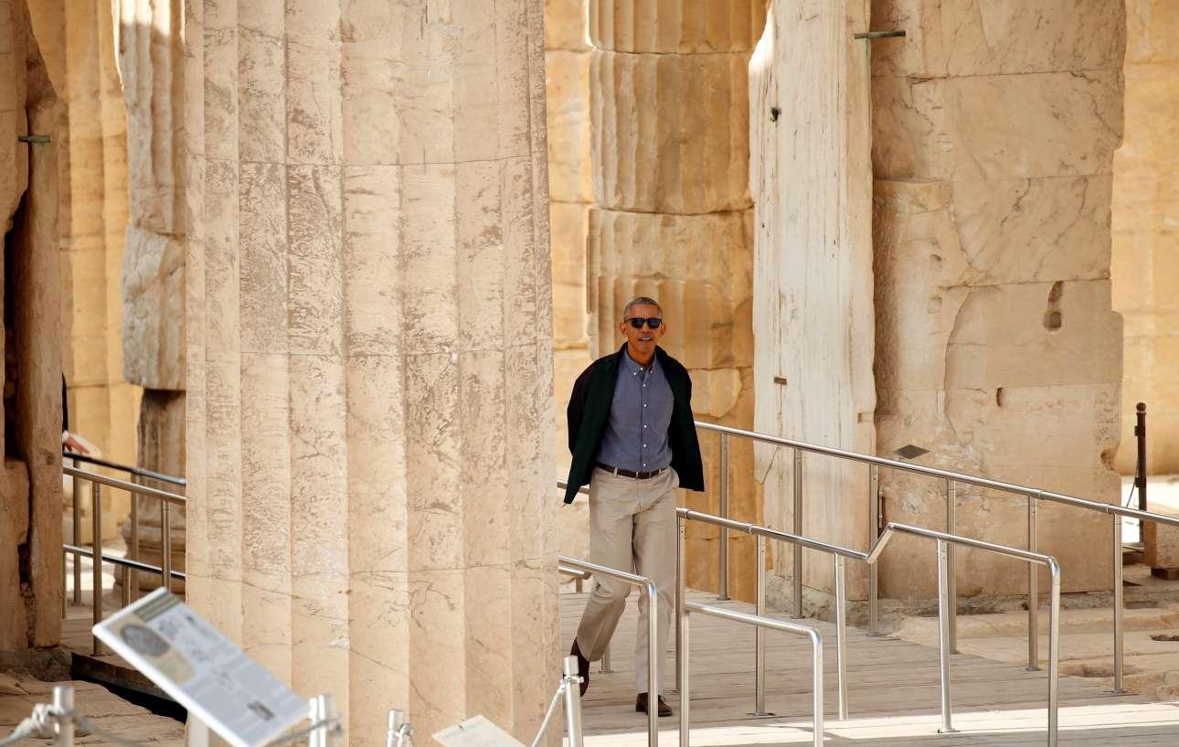 Ο Μπαράκ Ομπάμα με casual ντύσιμο ξεπροβάλλει από το Προπύλαια. Η επίσκεψη στον Ιερό Βράχο έχει ξεκινήσει