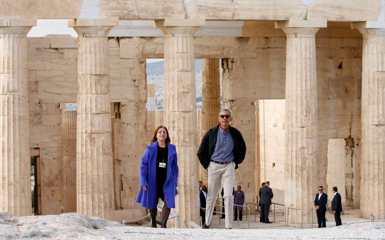 Η αρχή της επίσκεψης στον Ιερό Βράχο: ο Ομπάμα συνοδεύεται από την αρχαιολόγο Ελένη Μπάνου. Στο βάθος οι άνδρες της Secret Service