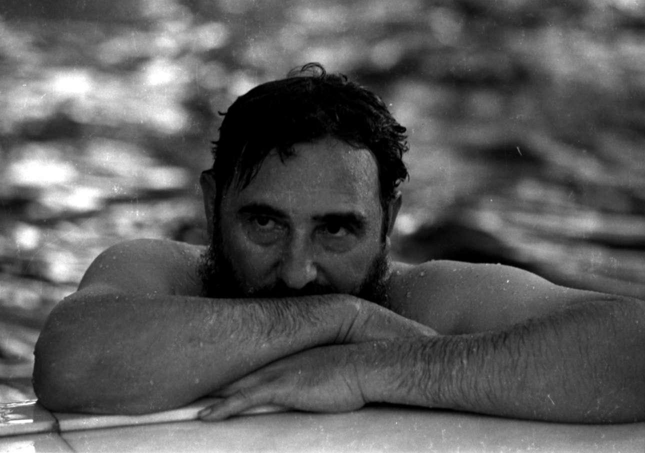 Το 1972 κατά τη διάρκεια επίσκεψης στην κομμουνιστική Ρουμανία κάνει ένα διάλειμμα στην πισίνα