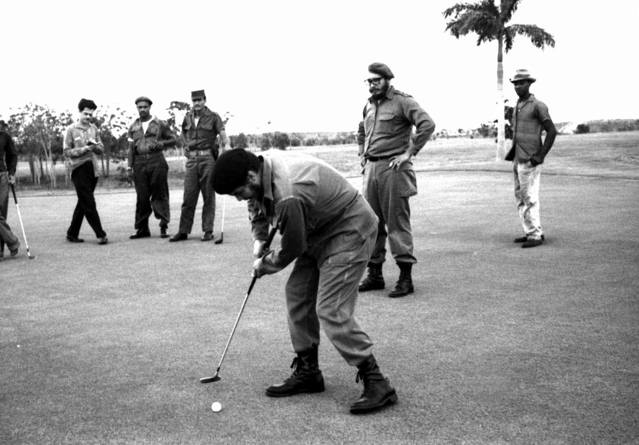 Ευτυχισμένα 60s. Παρακολουθώντας τον Τσε Γκεβάρα να παίζει γκολφ (δεν το λες και άψογο το στιλ του Τσε)