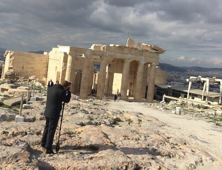 H σιλουέτα του Μπαράκ Ομπάμα διακρίνεται στο βάθος, πλάι σε αυτήν της αρχαιολόγου Ελένης Μπάνου. Σε πρώτο πλάνο ο επίσημος φωτογράφος του αμερικανού προέδρου