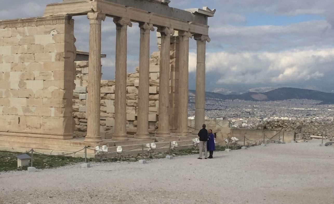 Ο Μπαράκ Ομπάμα μπροστά στο Ερέχθειο, ξεναγείται από την αρχαιολόγο. Η σημερινή μορφή του ναού χρονολογείται μεταξύ 421 και 406 π.Χ