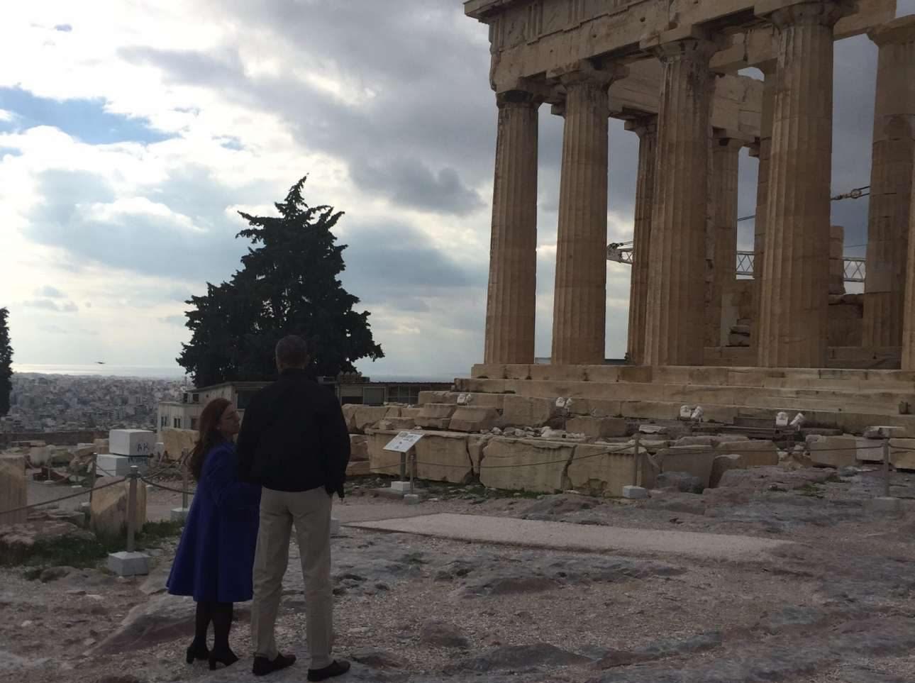 Μπροστά στο ναό του Παρθενώνα