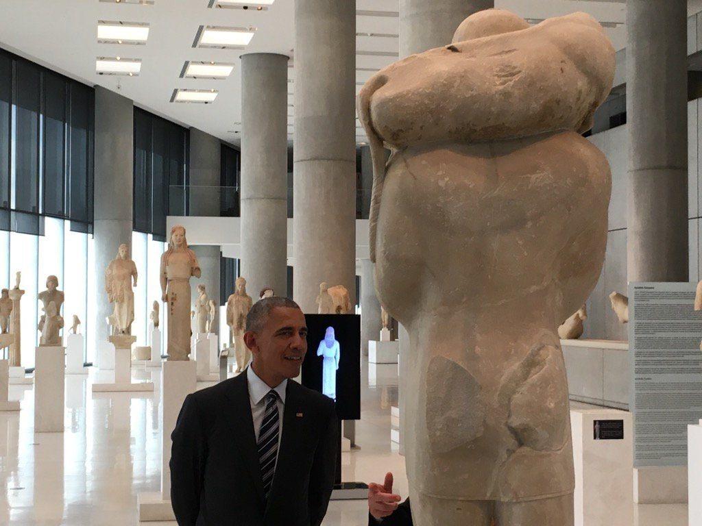 Ο Μπαράκ Ομπάμα στην αίθουσα με τα αγάλματα του Μουσείου