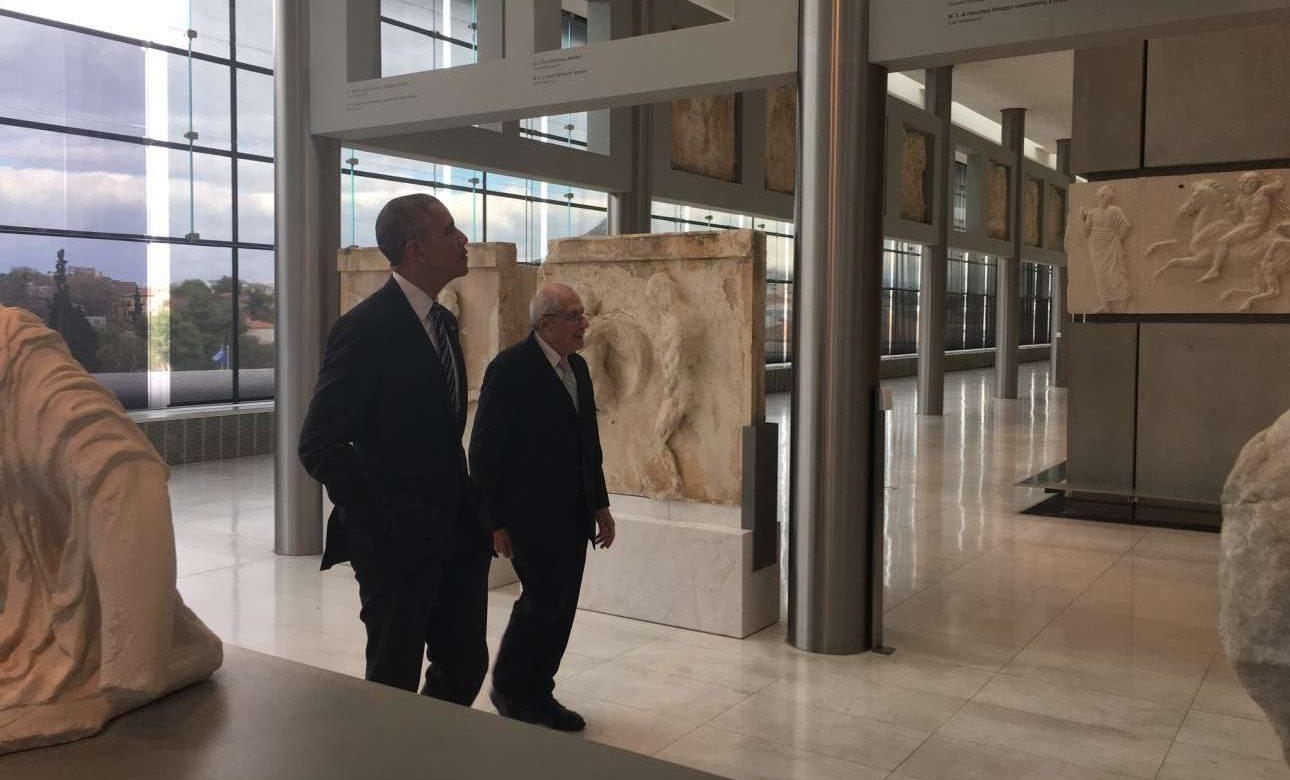 Ο Μπαράκ Ομπάμα ξεναγείται στο Μουσείο της Ακρόπολης από τον πρόεδρο του ΔΣ, Δημήτρη Παντερμαλή