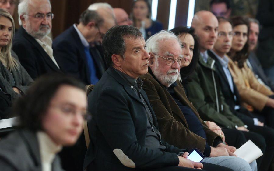 Ο Σταύρος Θεοδωράκης δίπλα στον καθηγητή Κώστα Σοφούλη, εκ των κεντρικών ομιλητών της εκδήλωσης. Δίπλα στην Αννα Διαμαντοπούλου οι βουλευτές του Ποταμιού Γιώργος Αμυράς και Γιώργος Μαυρωτάς. Και η Μιλένα Αποστολάκη που πλέον βρίσκεται μέσα σε κάθε διαθέσιμο κάδρο