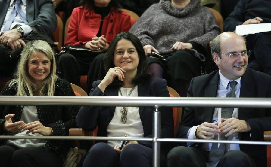 H Μιλένα Αποστολάκη χαμογελά, δικαίως, καθώς είχε καιρό να βρεθεί μπροστά στο φακό. Με χαμόγελο και η Νίκη Κεραμέως και ο Κωστής Χατζηδάκης