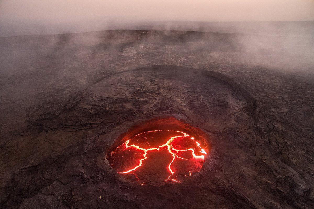 Πρώτο Βραβείο: Μια σπάνια αεροφωτογραφία του εσωτερικού του ηφαιστείου Erta Ale (που σημαίνει το «Βουνό που καπνίζει» στην τοπική διάλεκτο Αφαρ) στο Ντανακίλ της Αιθιοπίας