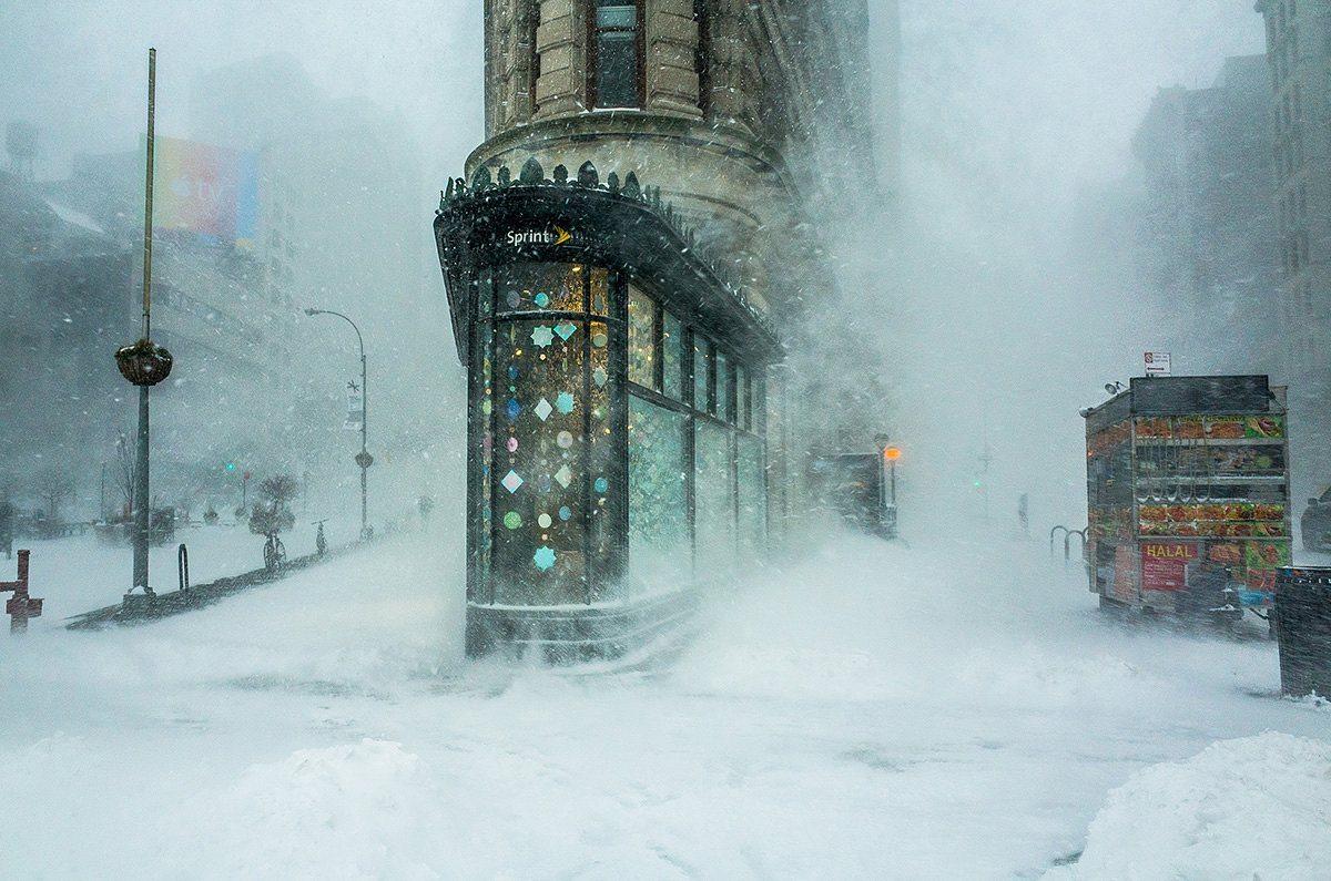 Πρώτη Θέση, Κατηγορία Πόλεις: Το εμβληματικό κτίριο Flatiron της Νέας Υόρκης ξεπροβάλλει μέσα στην ισχυρή χιονοθύελλα