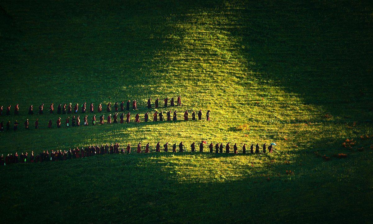 Πρώτη Θέση, κατηγορία Φως: Κάθε πρωί, ανεξαρτήτως καιρού και εποχής, οι καλόγριες της φωτογραφίας πηγαίνουν περίπατο γύρω από το βουνό της επαρχίας Σετσουάν στην Κίνα