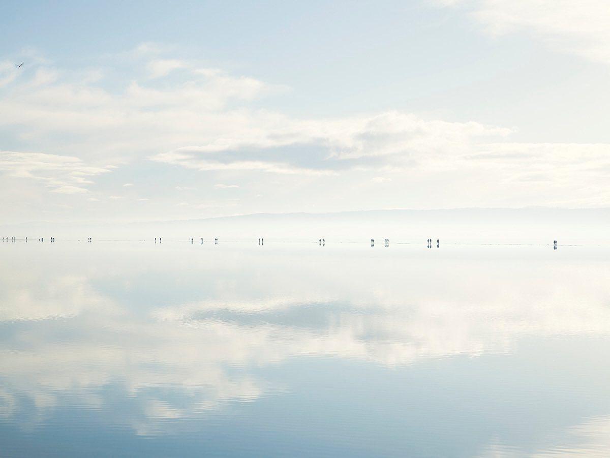 Πρώτη Θέση, κατηγορία Γη, Θάλασσα, Ουρανός: Μια πανέμορφη, γαλήνια χειμωνιάτικη εικόνα. Ανθρωποι διακρίνονται στον ορίζοντα της λίμνης Δυτικό Κέρμπι του Γουίραλ στη Βρετανία