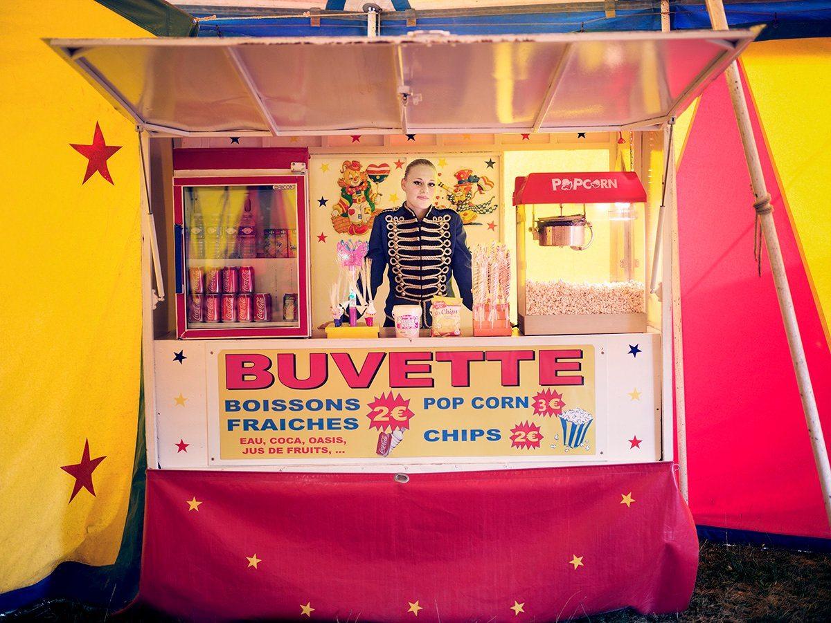 Eιδική Μνεία, κατηγορία Ανθρωπότητα: Η δεσποινίς Κλάνσι πουλάει ποπ κορν στo περιοδεύον τσίρκο της οικογένειάς της, στη Γαλλία