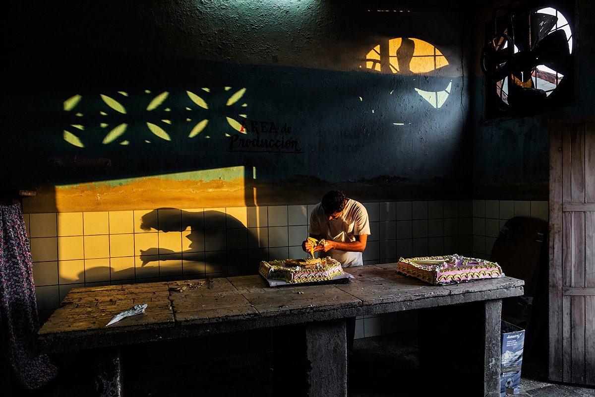 Τιμητική Διάκριση, κατηγορία Φως: Το ζεστό φως του δειλινού «τρυπώνει» μέσα από τη πόρτα ενός φούρνου στην Κούβα, σχηματίζοντας σκιές στον τοίχο