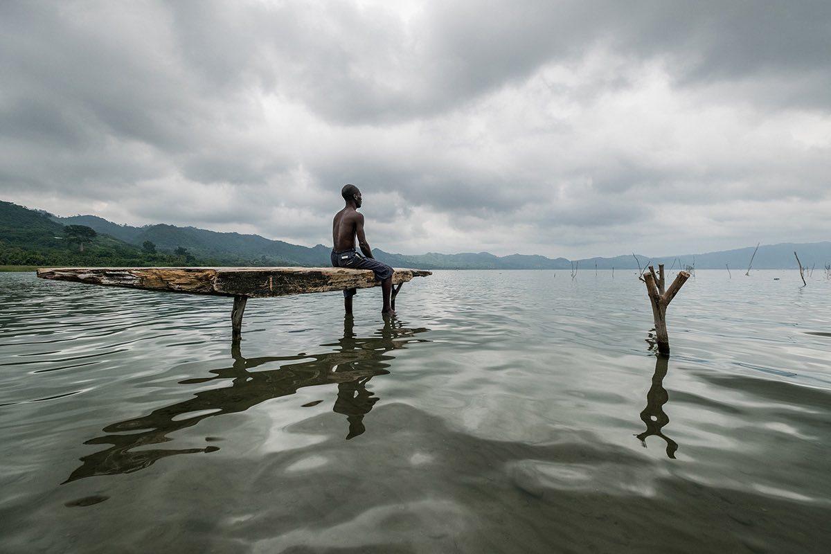 Πρώτο Βραβείο: Πιστοί στην παράδοση και στα αρχαία έθιμα των προγόνων τους, οι ψαράδες στη Κένυα χρησιμοποιούν ξύλινες σανίδες