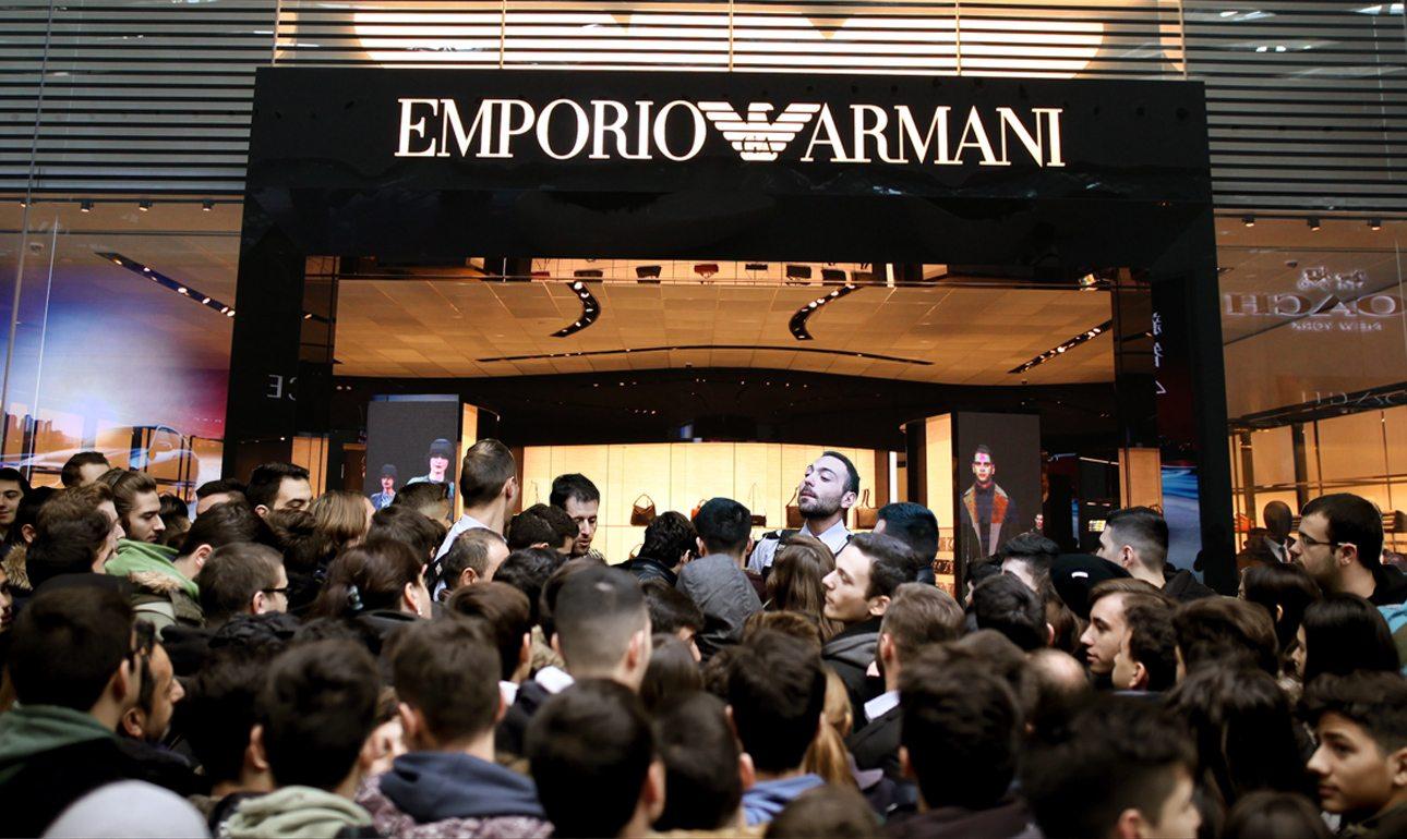 Σοκαρισμένοι οι πωλητές και οι security των καταστημάτων Armani από την μαζική προσέλευση που θυμίζει μέρες χρηματιστηρίου...