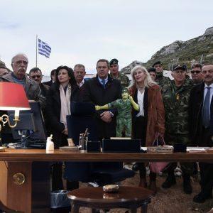 Οι βουλευτές που κατά τη διάρκεια της πατριωτικής τουρνέ τους παραβρέθηκαν και στα εγκαίνια του πρωθυπουργικού γραφείου ποζάρουν μπροστά στο άγαλμα του Φιντέλ Κάστρο - του «ανταυτού» του Πρωθυπουργού