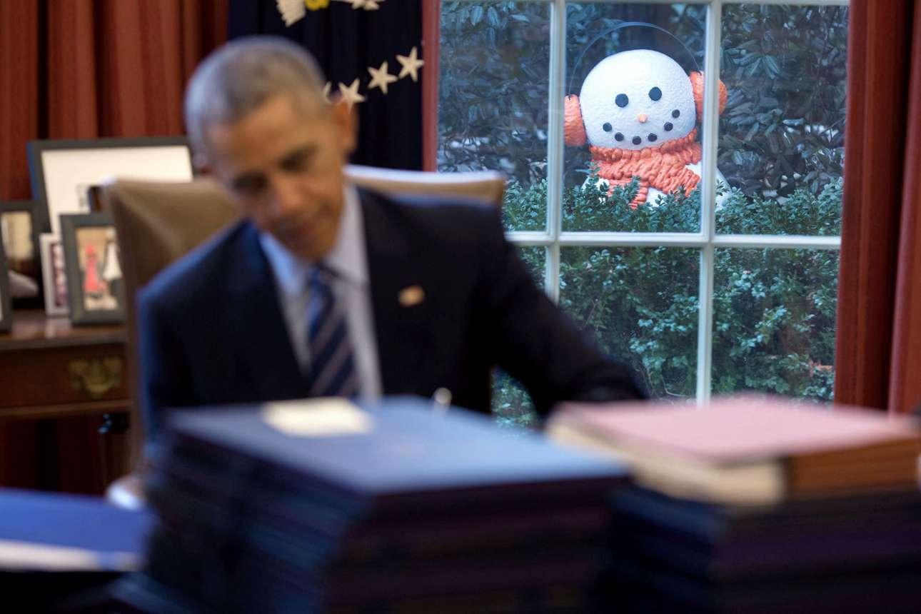 Δεκέμβριος: Μέλη του προσωπικού του Ομπάμα έστησαν μια μικρή φάρσα, μετακινώντας χιονάνθρωπους κοντά στο παράθυρο του Οβάλ Γραφείου, ώστε να μοιάζει σαν να κρυφοκοιτάνε