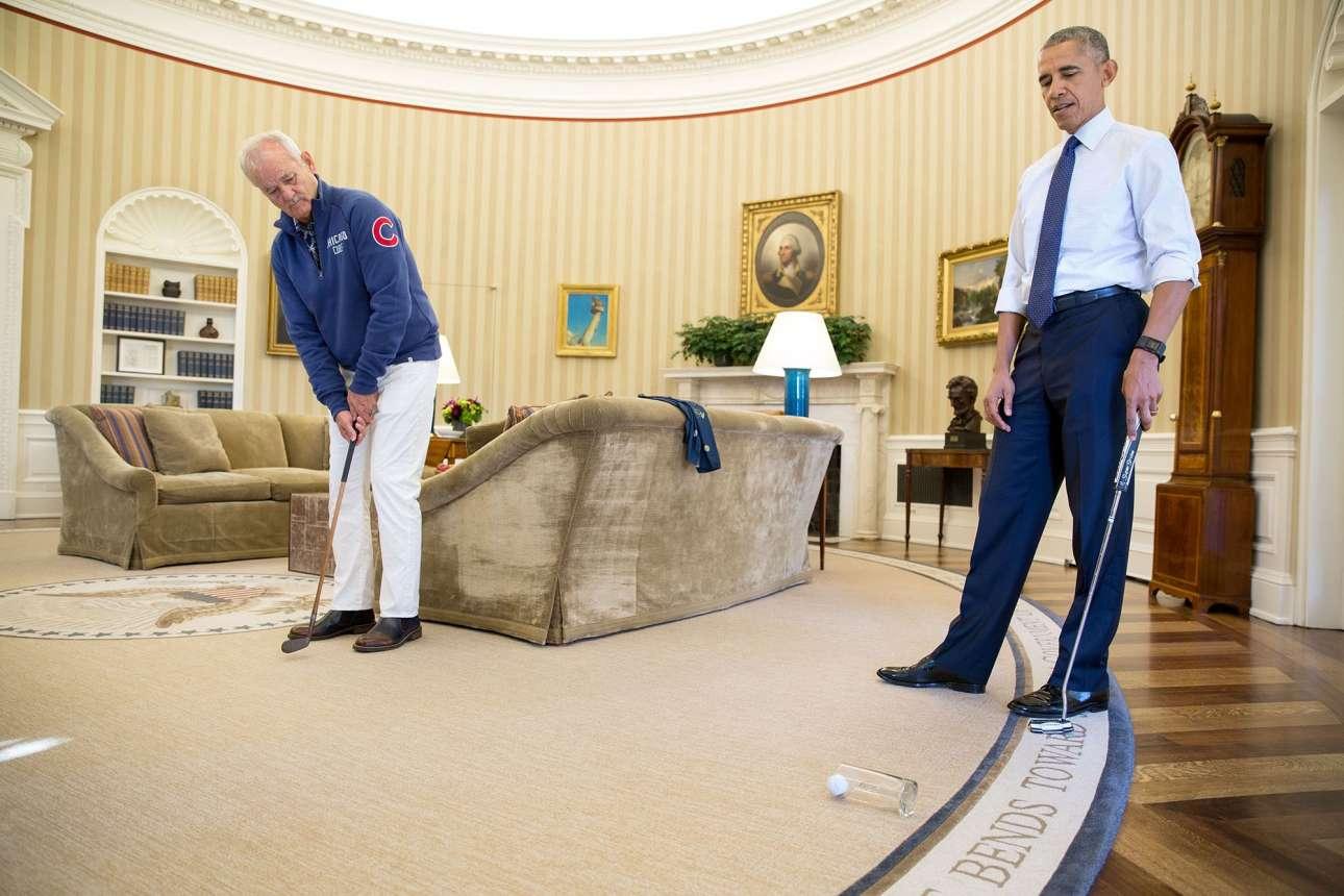 Οκτώβριος: Η φωτογραφία συνώνυμο του κουλ. Ο Ομπάμα και ο Μπιλ Μάρεϊ παίζουν γκολφ μέσα στο Οβάλ Γραφείο