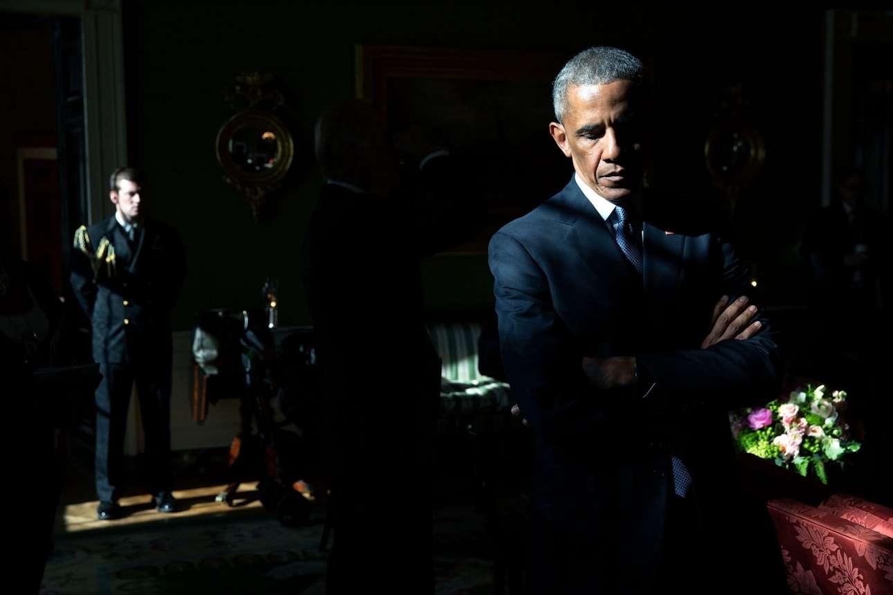 Ιανουάριος: Με το φως να λούζει το πρόσωπο του, ο Ομπάμα ακούει προσεκτικά τον Μαρκ Μπάρντεν, ο γιος του οποίου ήταν θύμα της επίθεσης στο δημοτικό σχολείο Σάντι Χουκ το 2012. Ο αμερικανός πρόεδρος άρχισε να κλαίει όταν θυμήθηκε τα γεγονότα εκείνης της ημέρας, την οποία περιέγραψε ως την «χειρότερη μέρα της προεδρίας του»