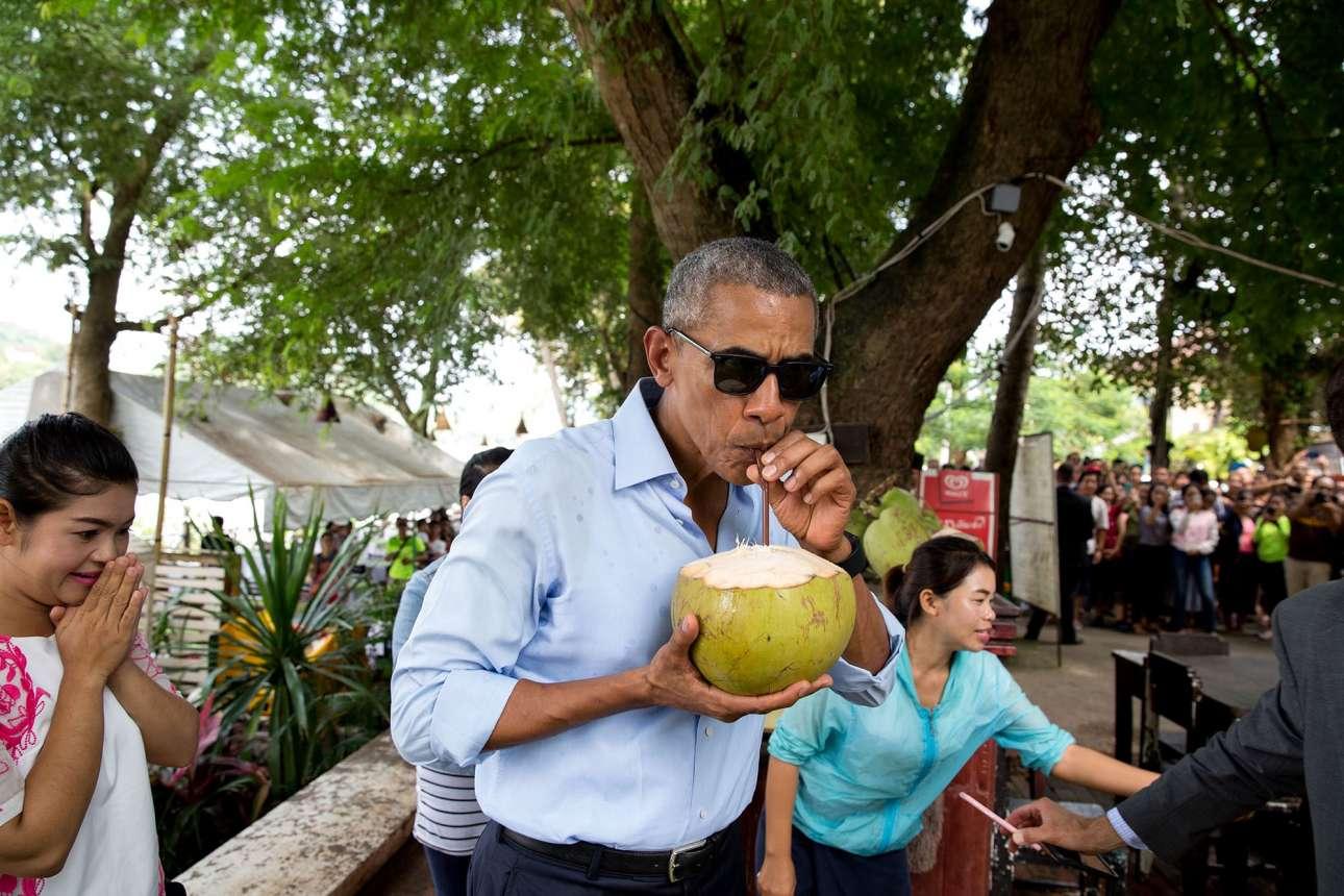 Σεπτέμβριος: Ο αμερικανός πρόεδρος απολαμβάνει μια καρύδα κατά τη διάρκεια της επίσκεψης του στο Λάος