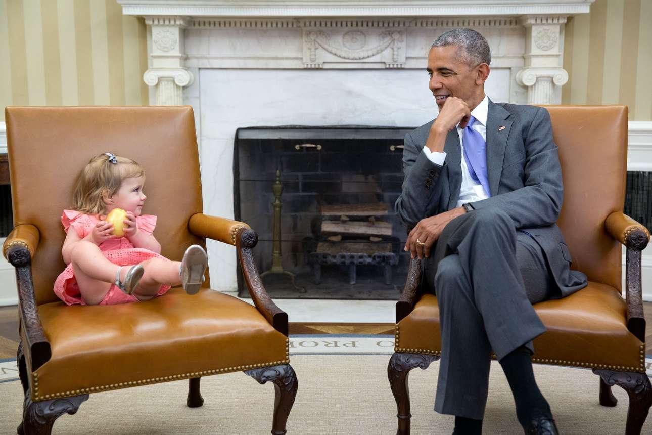 Ιούνιος: «Το πιο ωραίο με τα παιδιά είναι ότι είναι εντελώς απρόβλεπτα. Δεν ξέρεις πότε πώς θα αντιδράσουν μπροστά στον πρόεδρο» λέει ο Σόουζα. Η μικρή της φωτογραφίας σκαρφάλωσε στην καρέκλα του αντιπροέδρου, και ο φακός την συνέλαβε τη στιγμή που ανταλάσσει βλέμματα με τον Ομπάμα
